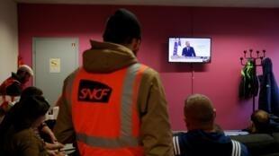 Nhân viên ngành đường sắt Pháp đang lắng nghe phát biểu trên truyền hình của thủ tướng Edouard Phillipe về dự án cải tổ chế độ hưu trí, Strasbourg, ngày 11/12/2019.