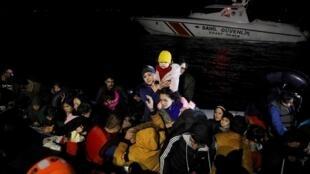 Des migrants embarquent à bord d'un navire des garde-côtes turcs, après leur traversée avortée de la mer Égée, vers l'île grecque de Lesbos le 6 mars 2020.