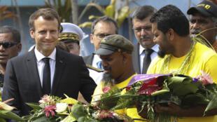 o  Presidente Emmanuel Macron acolhido na ilha de Ouvéa. 05 de Maio de 2018.
