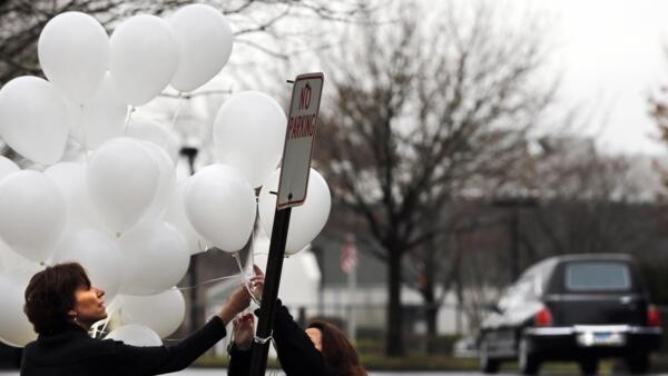 Balões brancos foram pendurados perto de um local onde são realizadas cerimônias fúnebres de vítimas do massacre, em Newtown.