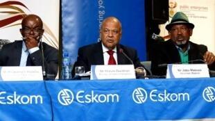 Phakamani Hadebe, patron d'Eskom (à gauche), Pravin Gordhan, ministre des Entreprises, et Jabu Mabuza, président du conseil d'administration d'Eskom, le 3 avril 2019 à Johannesbourg.