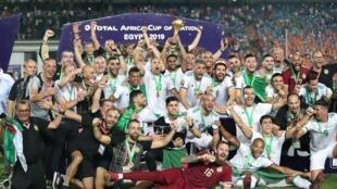 Les Algériens vainqueurs de la CAN 2019 soulèvent le trophée le 19 juillet 2019.