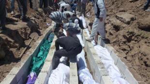 As fossas comuns onde foram enterrados as 108 vítimas do massacre de Houla no dia 26 de maio.