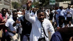 Des médecins et infirmières manifestent à Harare, le 16 septembre 2019, deux jours après la disparition de l'un des leurs.