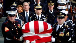 Cựu tổng thống George W.Bush (Bush 43) theo sau quan tài cha, cố tổng thống George H.W.Bush trong lễ quốc tang tại Washington ngày 05/12/2018.