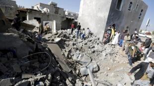 Destroços de casas que foram atingidas por um bombardeio perto do aeroporto de Sanaa, capital do Iêmen, nesta terça-feira (31).