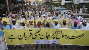 Des militants pakistanais du parti Jamiat-e-Ittihad ul Ulema pakistanais scandent des slogans lors d'une manifestation à la suite de la décision de la Cour suprême d'acquitter la femme chrétienne Asia Bibi du blasphème, à Karachi, le 3 novembre 2018.