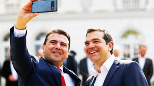Le Premier ministre de Macédoine du Nord, Zoran Zaev (g), et le Premier ministre de Grèce, Alexis Tsipras (d), assistent à une cérémonie de bienvenue à Skopje, en Macédoine du Nord, le 2 avril 2019.