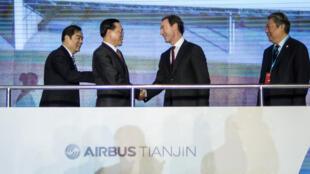 Le président d'Airbus, Fabrice Bregier (au centre à droite) lors d'une cérémonie pour marquer le début de la construction d'une nouvelle installation Airbus à Tianjin le 2 Mars 2016.