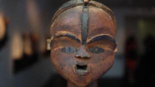Statuette Tsogho, Gabon, XIXe siècle, restituée le 7 septembre 2016, après avoir disparu du musée de l'Homme dans les années 1950, par un collectionneur européen au musée du quai Branly, à Paris.