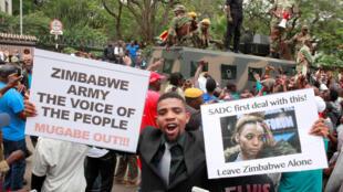 津巴布韦要求总统下台的示威民众 2017年11月18日