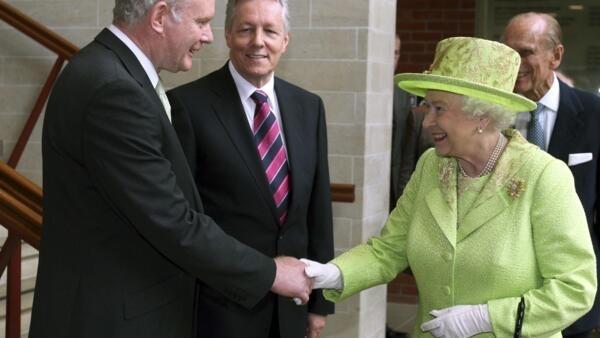 Rainha Elizabeth II da Inglaterra aperta pela primeira vez a mão do ex-chefe do IRA, o deputado irlandês Martin McGuinness.