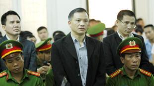 Nhà tranh đấu Nguyễn Văn Đài (G) trong phiên tòa ở Hà Nội, ngày 5/4/2018.