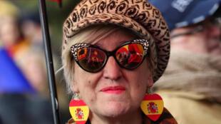 Mulher participa de protestos da direita e da extrema direita espanhola contra o solcialista pedro Sánchez, que reuniu cerca de 45 mil pessoas em Madri neste domingo, 11 de fevereiro de 2019.
