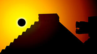 埃及玛雅奇琴伊察古城金字塔遗址的日食景象。2019年11月资料照片