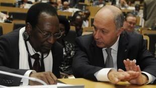 Laurent Fabius s'entretient avec l'ex-président du Mali Diocounda Traoré durant une conférence de l'Union africaine le 29 janvier 2013 à Addis Abeba.