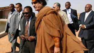 Le leader libyen Mouammar Kadhafi et le président gabonais Omar Bongo à Sirte le 28 juin 2008.