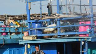 Một lính Philippine gác tại tàu cá Việt Nam, gần thị trấn Sual, tỉnh Pangasinan, bắc Manila, 2/11/2016.