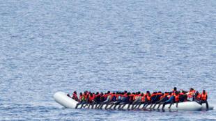 Barco com migrantes no mar Mediterrâneo