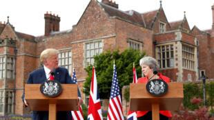 tổng thống Trump và thủ tướng May trong cuộc họp báo chung tại Buckinghamshire, Anh Quốc, ngày 12/07/2018.