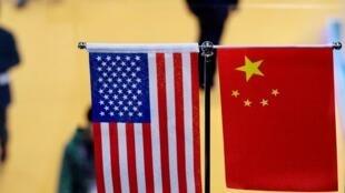 Quốc kỳ Mỹ và Trung Quốc tại triển lãm xuất nhập khẩu quốc tế ở Thượng Hải, Trung Quốc. (Ảnh chụp ngày 06/11/2018)