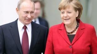 Vladimir Putin e Angela Merkel.