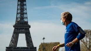 Un jogger passe devant la Tour Eiffel le 7 avril 2020.