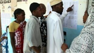 Opération de vote lors des élections législatives de 2009, à Moroni, capitale des Comores.