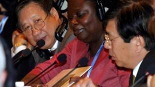 Từ trái sang phải: Phó thủ tướng Việt Nam Phạm Gia Khiêm, bà Victoria Kwakwa, đại diện Ngân Hàng Thế Giới và ông Ayumi Konishi, đại diện Ngân hàng Phát triển Châu Á, tại Hà Nội ngày  7/12/2010.