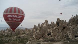 Balões sobrevoam a região da Capadócia, na Turquia. O número de empresas oferecendo voos turísticos em balões na região mais que duplicaram.