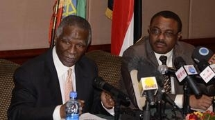 African Union mediator Thabo Mbeki (L) and Ethiopian Prime Minister Hailemariam Desalegn address a news conference on the outcome of the Sudan-South Sudan summit in the Ethiopian capital Addis Ababa