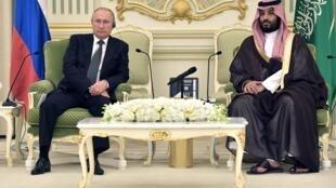Hoàng thái tử Mohammed ben Salman (P) tiếp tổng thống Nga Vladimir Putin tại Riyad ngày 14/10/2019.