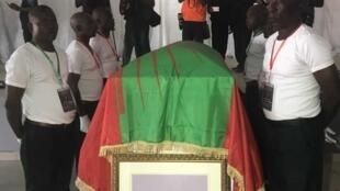 Urna contendo restos mortais de Jonas Savimbi no Andulo a 31 de Maio de 2019.