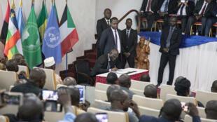 Mmoja wa washiriki wa makundi ya waasi akiweka saini kweny mkataba wa amani wa Khartoum wakati wa sherehe jijini Bangui Februari 6, 2019.
