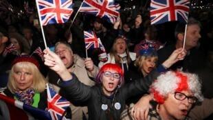 Les Britannitques célèbrent la sortie du Royaume-Uni de l'Union européenne, le 31 janvier 2020 à 23 heures, heure locale.
