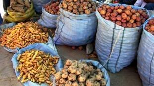 Plusieurs variétés de pommes de terre sur un marché d'Amérique latine (image d'illustration).