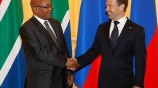 O presidente sul-africano, Jacob Zuma (à esquerda) e o presidente russo, Dimitri Medvedev, no Conselho da OTAN, em Sotchi, na Rússia.