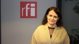 شهلا شفیق در استودیو رادیو بینالمللی فرانسه