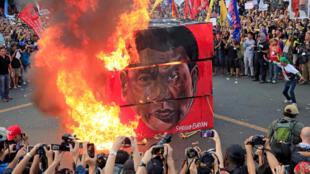 Người biểu tình đốt hình nộm tổng thống Philippines Rodrigo Duterte, Manille, 21/09/2017
