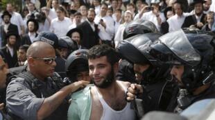 Policial israelense detém palestino suspeito de ter esfaqueado um judeu nesta sexta-feira (9), em Jerusalém.