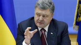 O presidente ucraniano Petro Poroshenko levanta a possibilidade de um referendo sobre a descentralização no leste do país.
