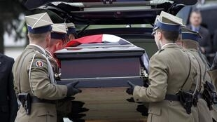 Thi hài của tổng thống Lech Kaczynski được đưa về Ba Lan (Reuters)