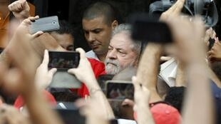 O ex-presidente Luiz Inácio Lula da Silva, diante de sua casa, em São Bernardo do Campo, no dia 13 de março.