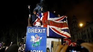 Foule la statue de Winston Churchill pour célèbrer le jour du Brexit à Londres, Grande-Bretagne, le 31 janvier 2020.
