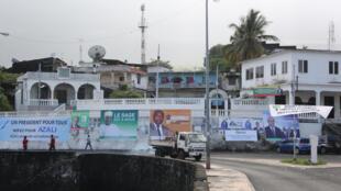 Des affiches de campagne pour l'élection présidentielle, dans les rues de Moroni, le 24 janvier 2016.