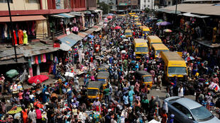 People crowd a street at the central business district in Nigeria's commercial capital Lagos ahead of Christmas, 23 December 2016.