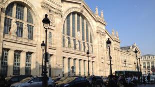 Gare du nord à Paris où viennent taxis et VTC, taxis clandestins et motos.