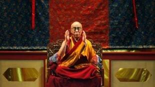 圖為西藏流亡宗教精神領袖達賴喇嘛2009年9月1日對高雄信眾發表講話
