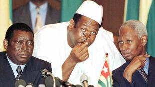 De g. à dr.: Gnassingbé Eyadéma, Lansana Kouyaté et Abdou Diouf, le 17 décembre 1997.