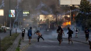 Depuis octobre 2019, les manifestations ne cessent de secouer le Chili, malgré les tentatives du gouvernement de calmer les esprits.